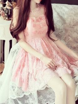 ชุดเดรสออกงานสวยหรู สีชมพู แต่งดอกไม้ พิมพ์ลายอย่างดี